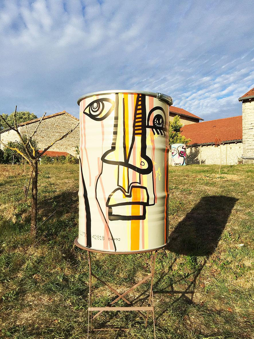 Mange debout street art